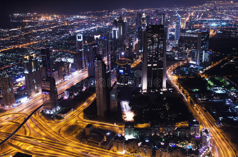 Neonlichter im Stadtzentrum gelegener Stadt Dubais futuristischer stockbild