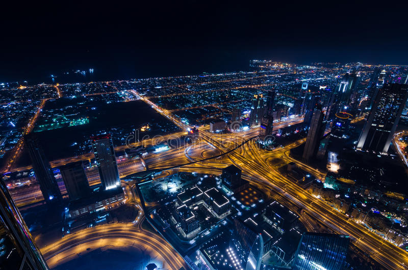 Neonlichter und Scheich im Stadtzentrum gelegener Stadt Dubais futuristischer zayed Straße stockfotografie