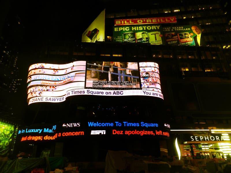 Neonlichter von Times Square-Anzeigen nachts Manhattan, New York City, USA lizenzfreie stockfotos