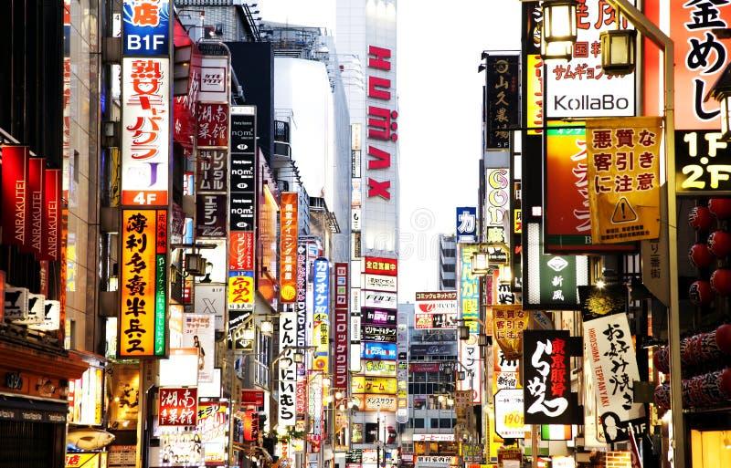 Neonowi plenerowi reklamowi billboardy w Tokio zdjęcie royalty free