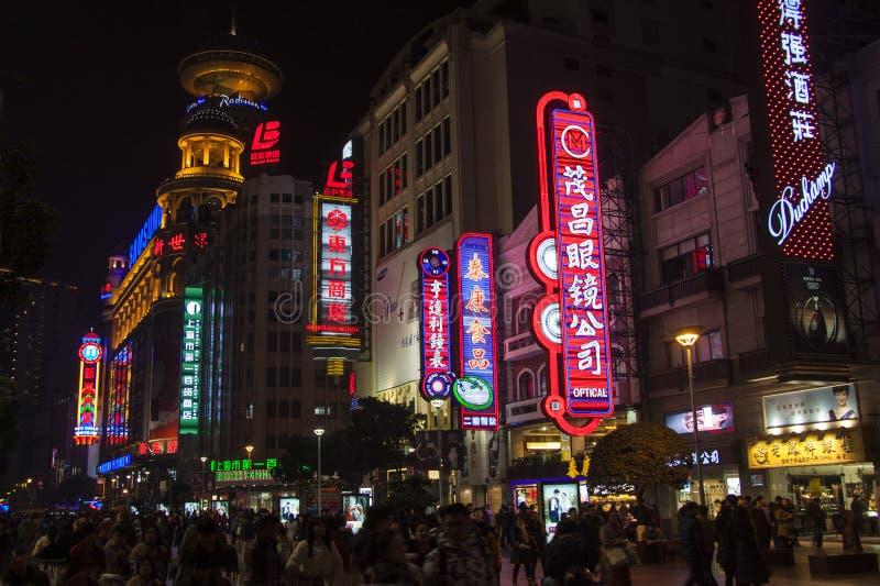 Neonowi znaki, sklepy i ludzie przy nocą wzdłuż Nanjing drogi, Szanghaj zakupy najważniejsza ulica fotografia royalty free