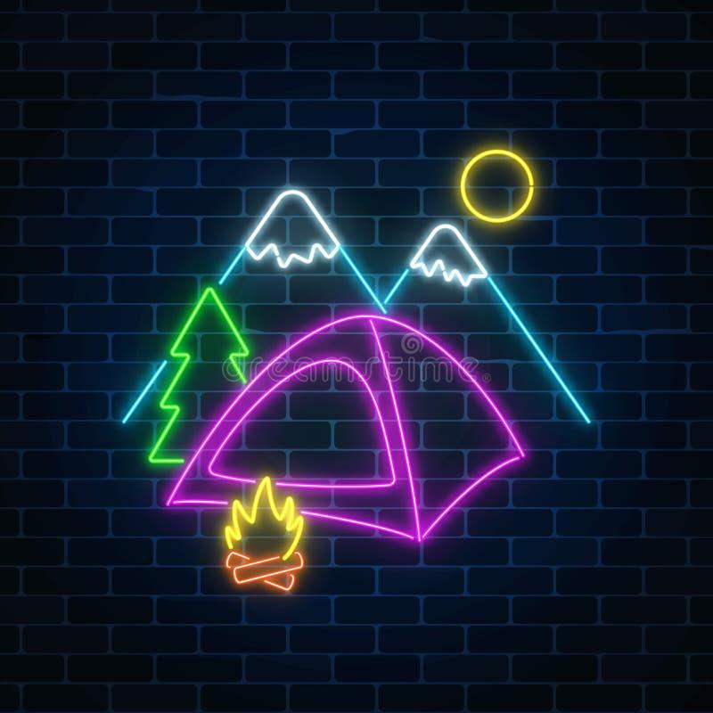 Neonowy campingu znak z namiotem, ogniskiem, górami i świerczyną, Rozjarzony sieć sztandar dla obozu letniego ilustracji