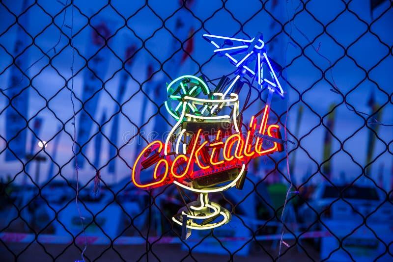 Neonowy koktajlu znak zdjęcia stock