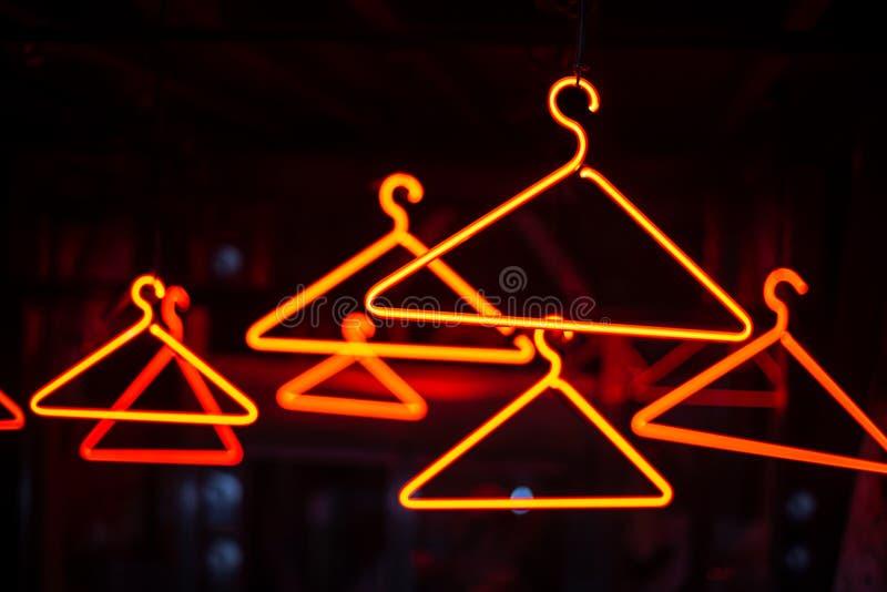 Neonowy Odzieżowy wieszak zdjęcie royalty free