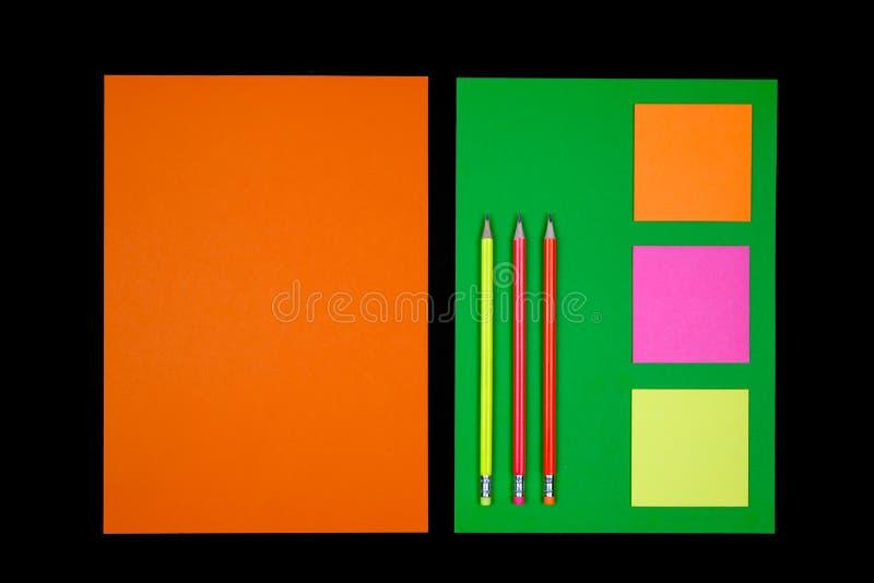 Neonowy papier i materiały na czerni obrazy stock