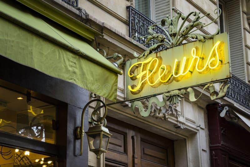 Neonowy znak dla kwiatu sklepu w Paryż fotografia royalty free