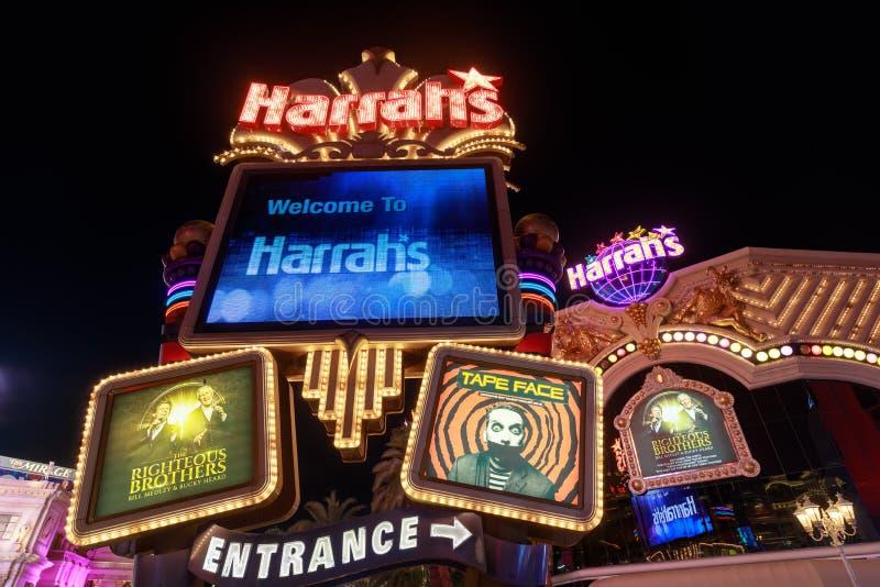 Neontecken av Harrahs Las Vegas på det nightColorful neontecknet av Harrahs Las Vegas på natten arkivfoto