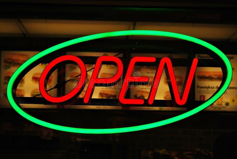 Neontecken med öppen `-text för ` arkivfoto