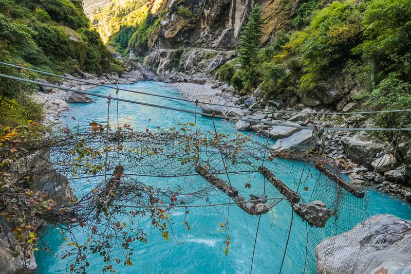 Nepal - abgetragene Hängebrücke lizenzfreie stockfotos