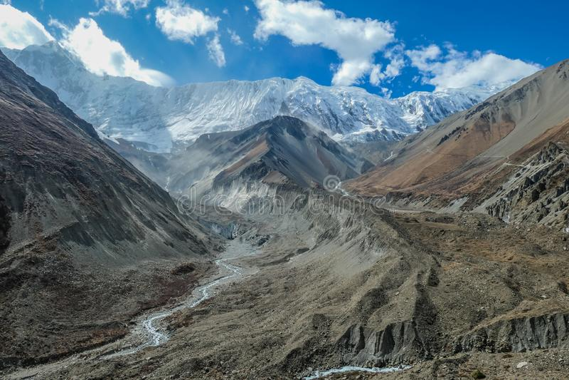 Nepal - Ansicht über Himalaja-Gebirgsketten von der Annapurna-Stromkreis-Wanderung lizenzfreie stockbilder
