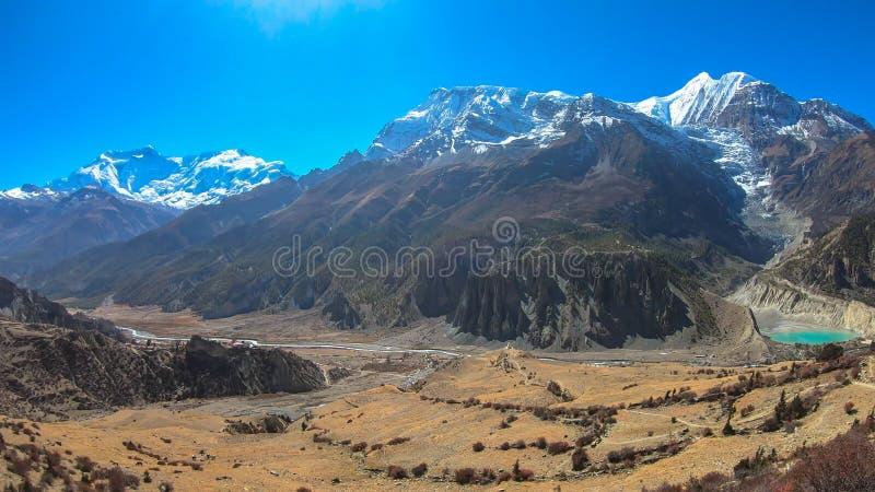 Nepal - Ansicht von Praken Gompa auf Annapurna-Kette und Manang See stockbild