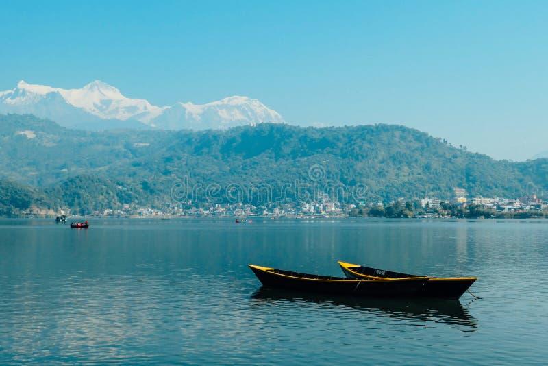 Nepal - Boote am Phewa See, Pokhara lizenzfreie stockbilder