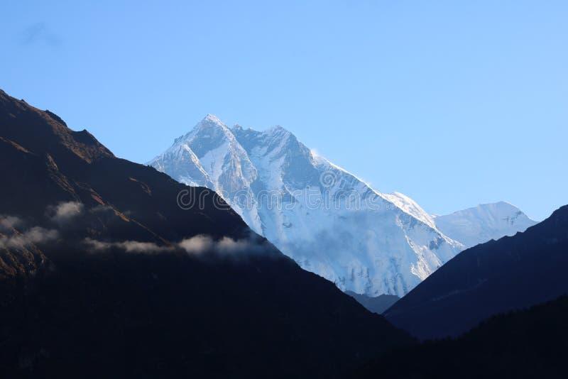 In Nepal is de bergketen een reeks bergen stock fotografie