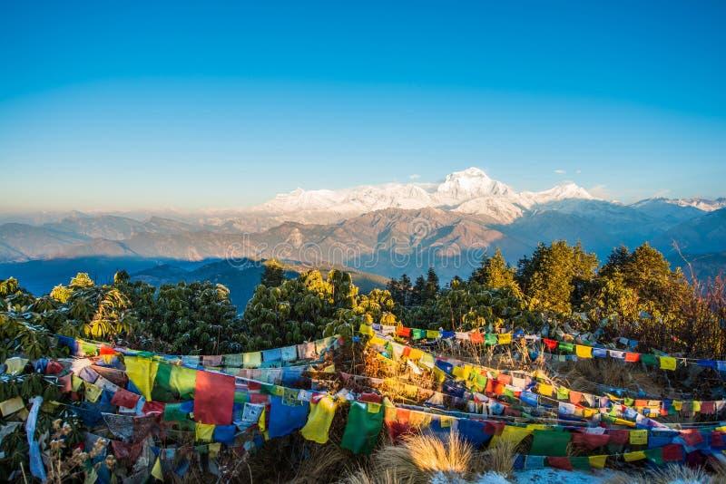 Nepal - 26 de dezembro de 2016:: O ponto de opinião de Poon Hill para considera a neve mo fotos de stock