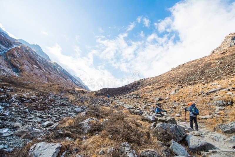 Nepal - 30 de diciembre de 2016:: El caminar a la montaña de Himalaya en Nepal foto de archivo