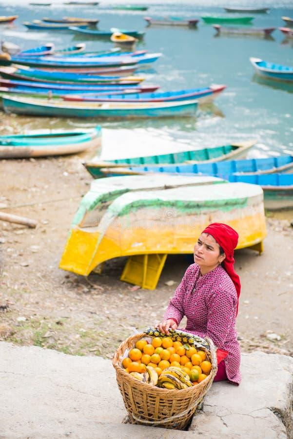 Nepal - 23 de diciembre de 2016:: Naranja fresca de la venta de la mujer del Nepali en el pH imagenes de archivo