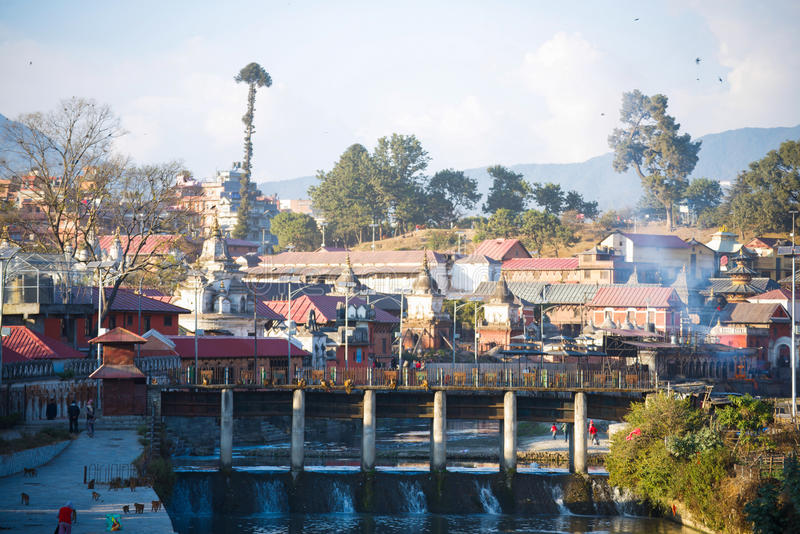 Nepal - 4 de enero de 2017:: Cremación hindú en Nepal en Pashupatina imagen de archivo libre de regalías