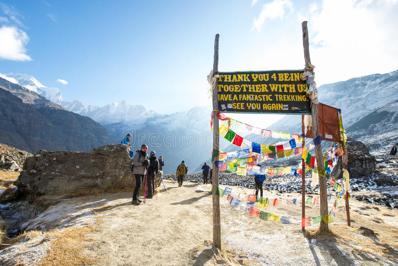Nepal am 31. Dezember 2016:: willkommenes borad auf niedrigem Lager Annapurna lizenzfreie stockfotografie