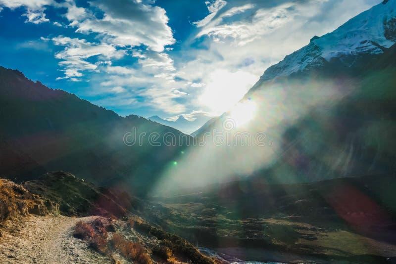 Nepal - een zonnestraal die door het Himalayagebergte komen royalty-vrije stock fotografie