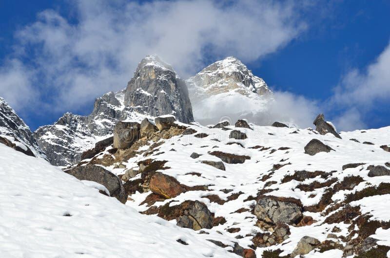 Download Nepal, Emigrando En Himalaya, Paisaje De La Montaña Cerca Del Pueblo De Machermo, 4500 Metros Sobre Nivel Del Mar Foto de archivo - Imagen de azul, nublado: 64206066