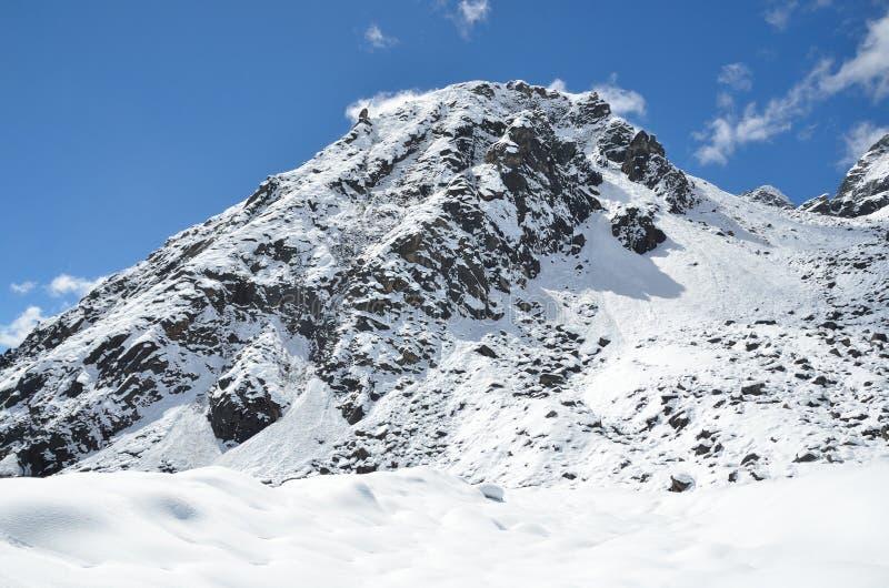 Download Nepal, Emigrando En Himalaya, Paisaje De La Montaña Cerca Del Pueblo De Machermo, 4500 Metros Sobre Nivel Del Mar Imagen de archivo - Imagen de cielo, pico: 64206075