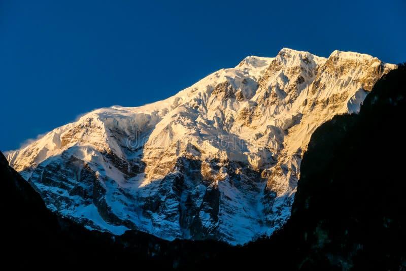 Nepal - erste Sonnenstrahlen auf Annapurna III lizenzfreie stockfotos