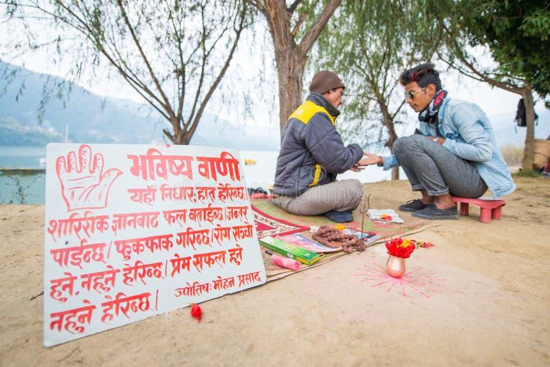 Nepal - 23 2017 Grudzień: profet widzii odcisk palca i wróży obraz royalty free
