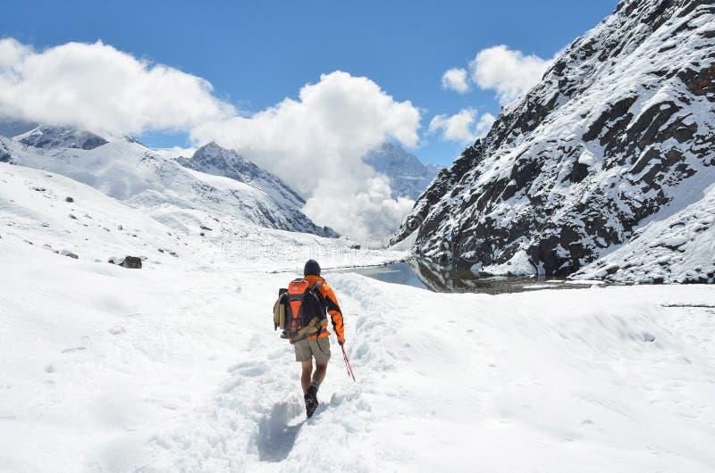 Download Nepal, Himalaya, Octubre, 20, 2013 Turista En Un Rastro De Montaña En Himalaya Foto de archivo editorial - Imagen de montañas, frío: 64206883