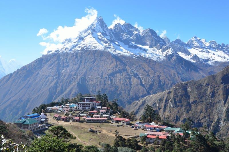 Nepal Himalayas, buddistisk kloster i byn av Tenboche royaltyfri foto