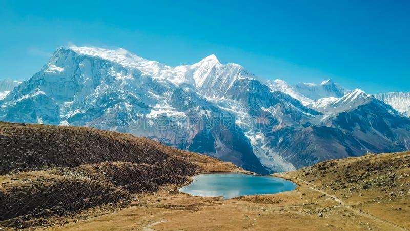 Nepal - Ice See mit der Ansicht über Annapurna-Kette lizenzfreies stockbild