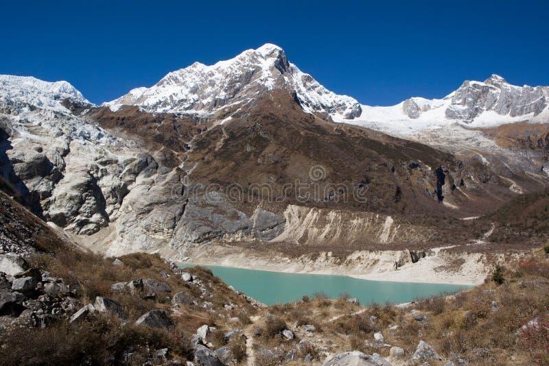 Nepal. Ijzig meer bij de bodem van bergManaslu stock afbeelding