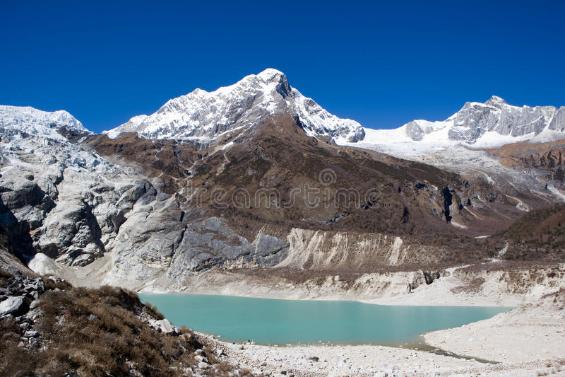 Nepal. Ijzig meer bij de bodem van bergManaslu stock foto's