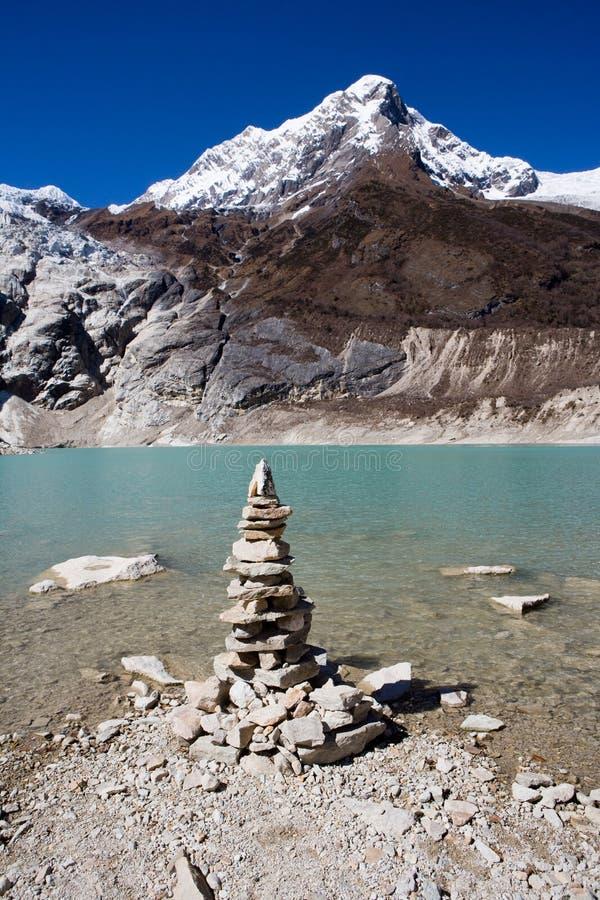 Nepal. Ijzig meer bij de bodem van bergManaslu royalty-vrije stock foto's