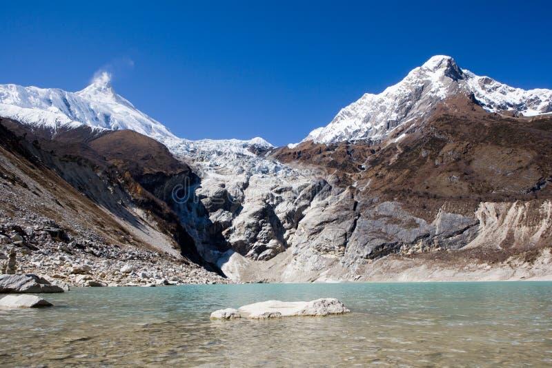 Nepal. Ijzig meer bij de bodem van bergManaslu stock foto