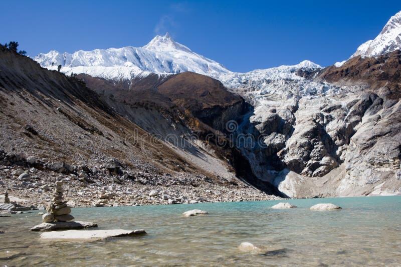 Nepal. Ijzig meer bij de bodem van bergManaslu royalty-vrije stock fotografie