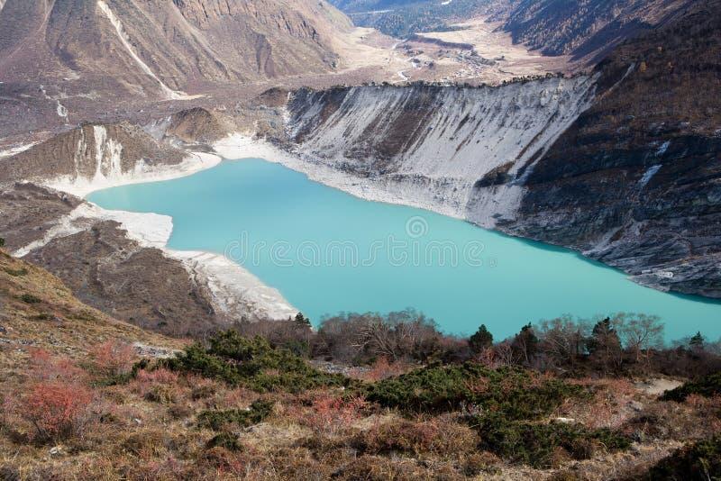 Nepal. Ijzig meer bij de bodem van bergManaslu royalty-vrije stock foto