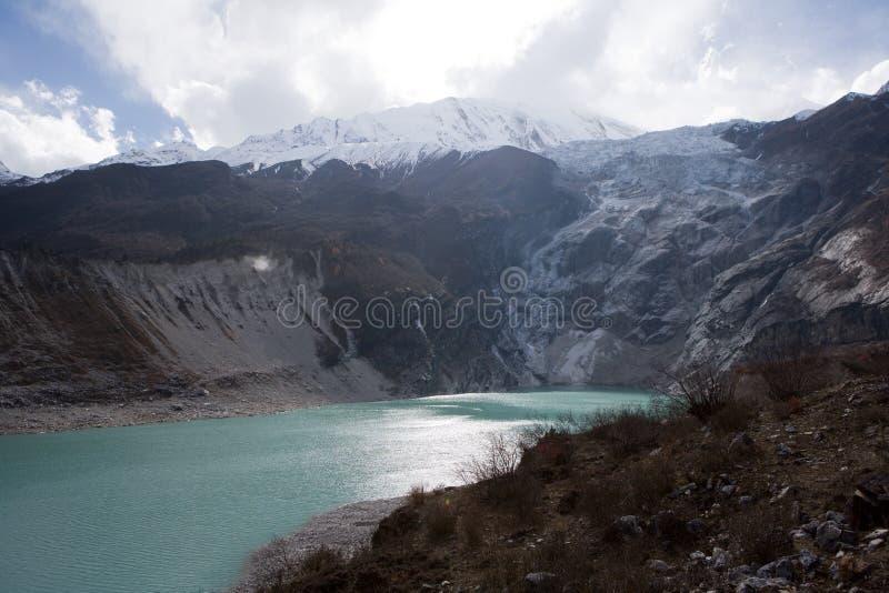 Nepal. Ijzig meer bij de bodem van bergManaslu royalty-vrije stock afbeeldingen