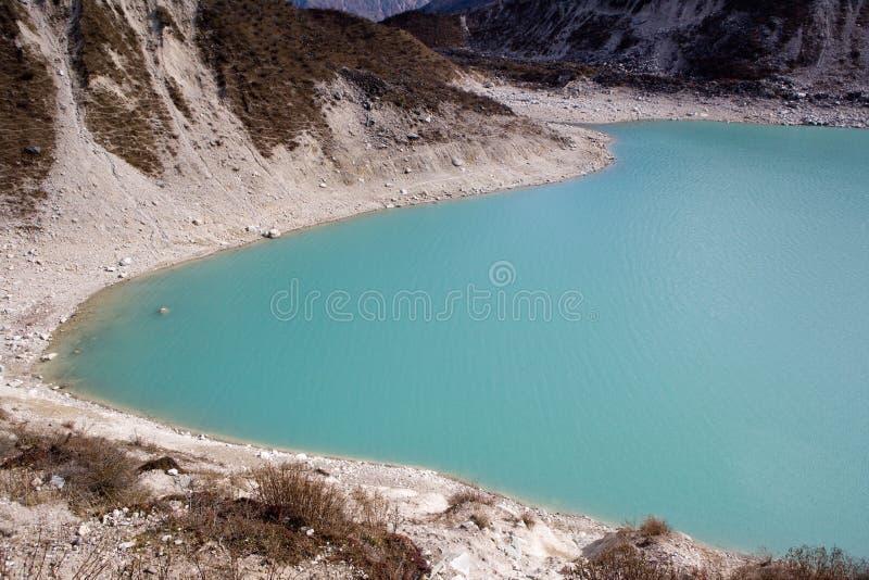 Nepal. Ijzig meer bij de bodem van bergManaslu stock fotografie