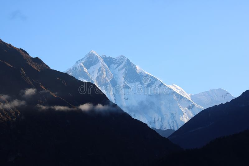 In Nepal ist Gebirgszug eine Reihe Berge stockfotografie