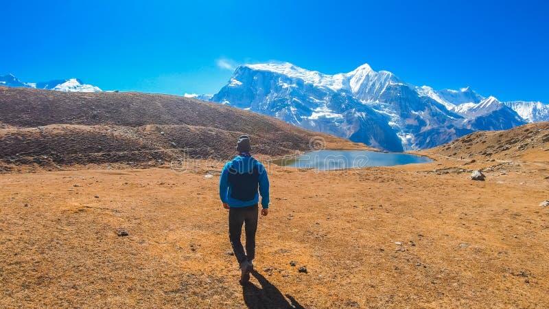 Nepal - junger Mann, Ice See und Annapurna-Kette lizenzfreies stockbild
