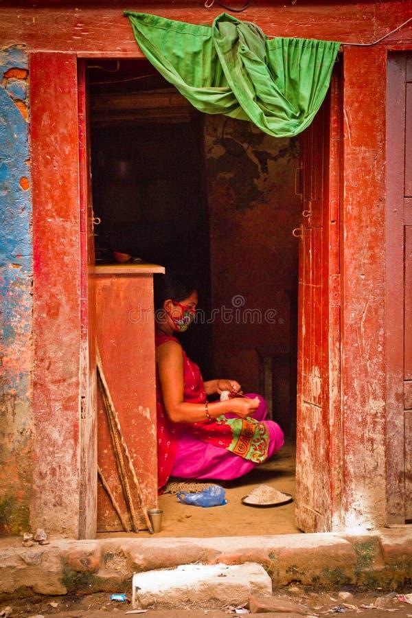 Nepal kobieta w drzwi, Kathmandu, Nepal zdjęcia stock
