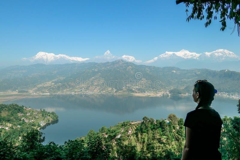 Nepal - Mädchen, das den Phewa See, Pokhara betrachtet stockbilder
