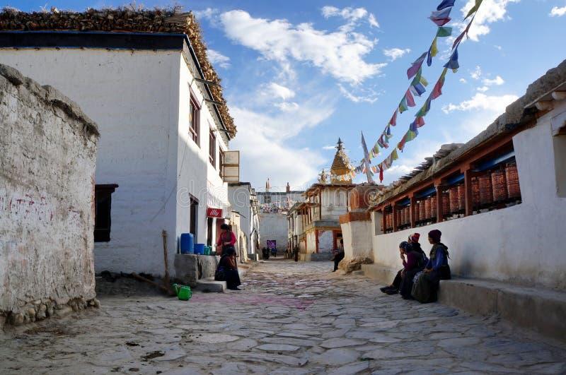 nepal Os residentes locais nas ruas da vila de Lo Manthang no dia são contratados em seus próprios casos imagem de stock royalty free