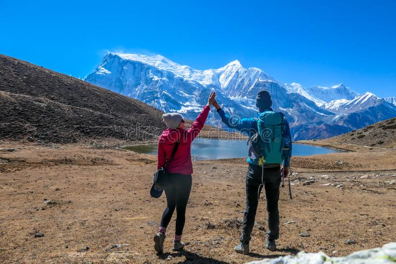Nepal para i widok na Annapurna ChainNepal - obraz royalty free