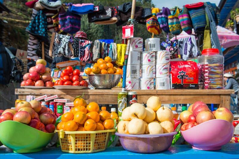 Nepal - 3 2017 Styczeń: lokalny grocers sklep na górze obraz royalty free