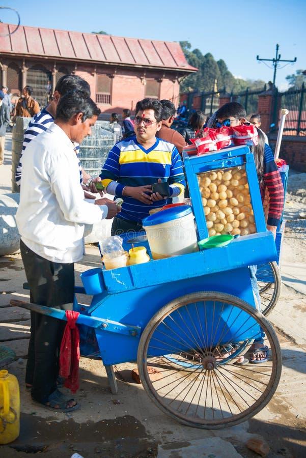 Nepal - 3 2017 Styczeń: Nepalskiego handlowego bubla lokalna przekąska dalej obrazy stock