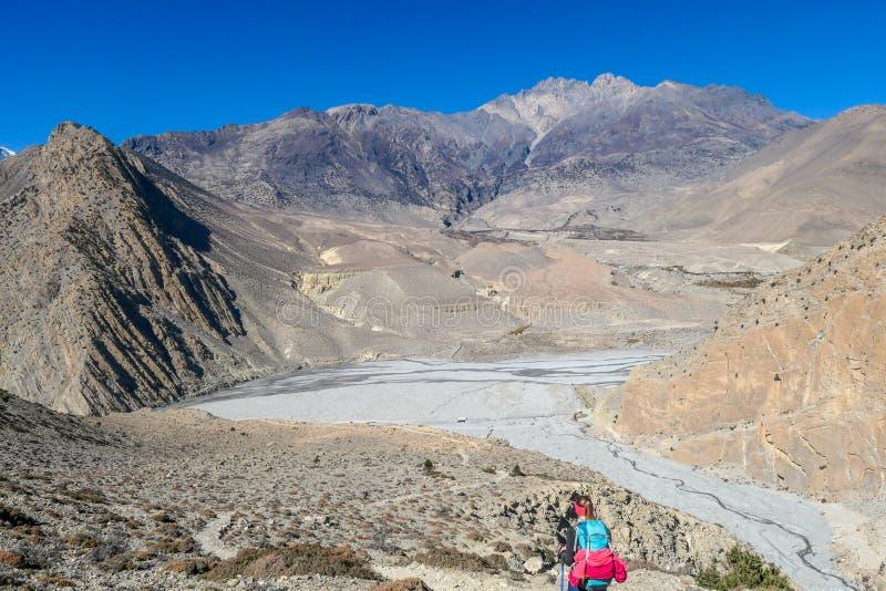 Nepal - Trekkingsmädchen im Mustang-Tal stockfotos