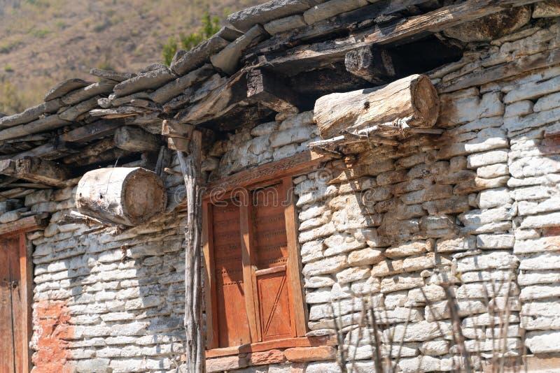 nepal A vista na trilha da fuga de Annapurna A casa de abelha tradicional na vila pequena fotos de stock royalty free