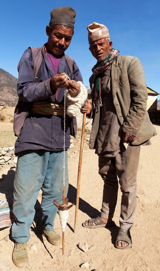 Nepalese der, der Wolle durch ursprüngliche Methode macht lizenzfreies stockfoto