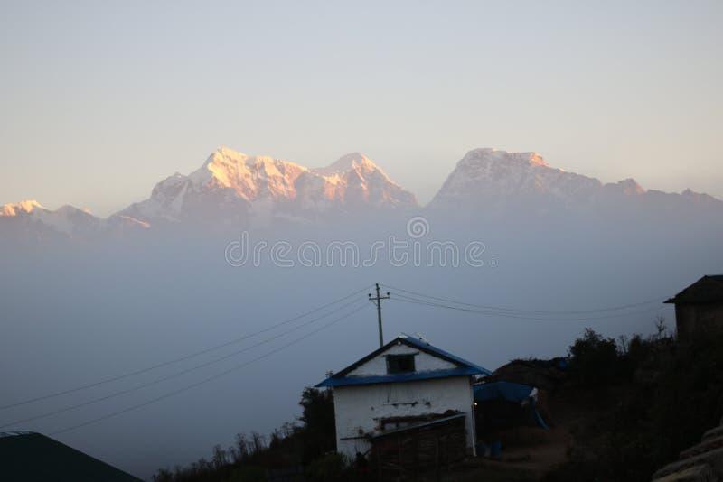 Nepalese Himalaja natürlich mit Sonnenaufgang stockfoto